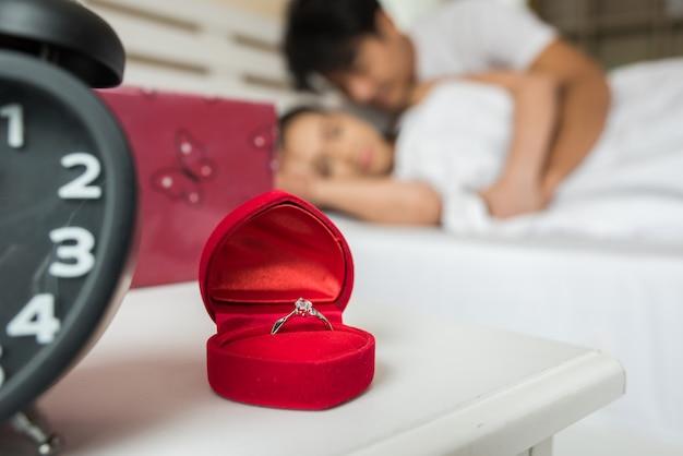 Trouwringen in een doos op het bed Gratis Foto