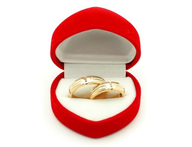 Trouwringen in een hartvormige rode doos Premium Foto