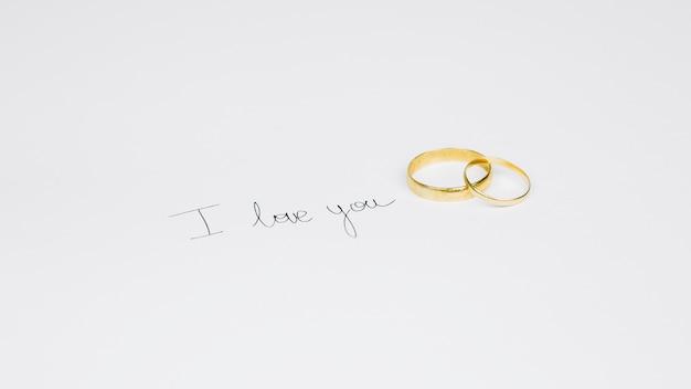 Trouwringen met een romantisch bericht Gratis Foto