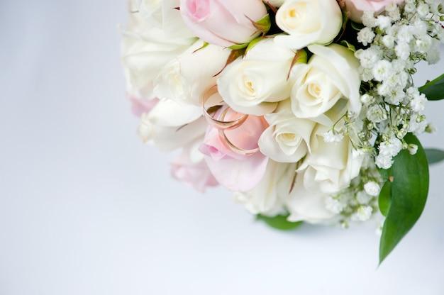 Trouwringen voor verloving van bruid en bruidegom Premium Foto