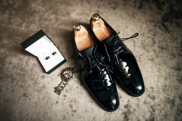 Trouwschoenen, horloge en manchetknopen Premium Foto