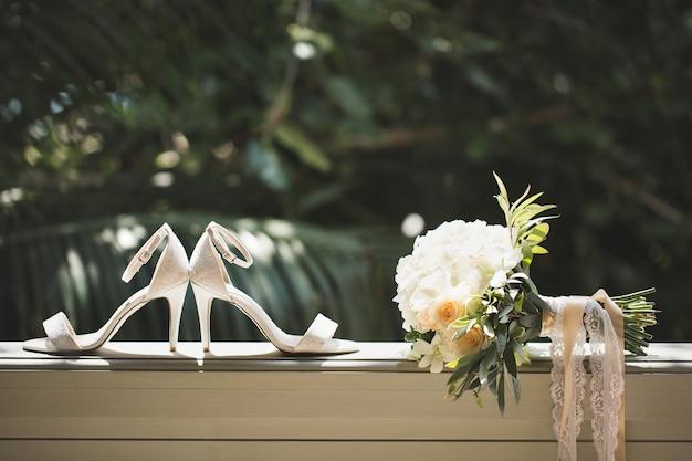 Trouwschoenen met boeket bloemen en parfum Premium Foto