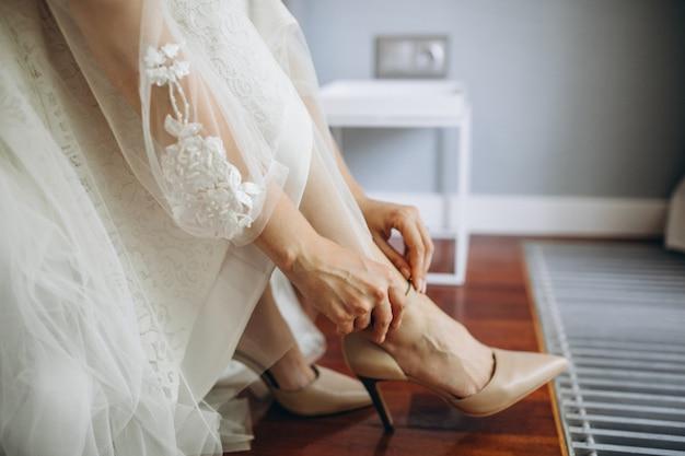 Trouwschoenen op een bruid op haar trouwdag Gratis Foto