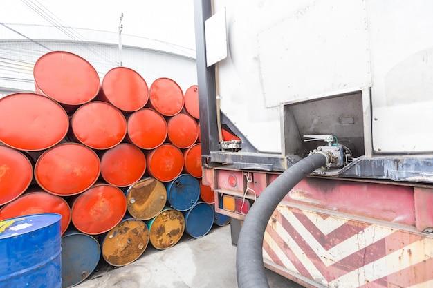 Truck slangen voor tankstation, pompen en olievaten Premium Foto