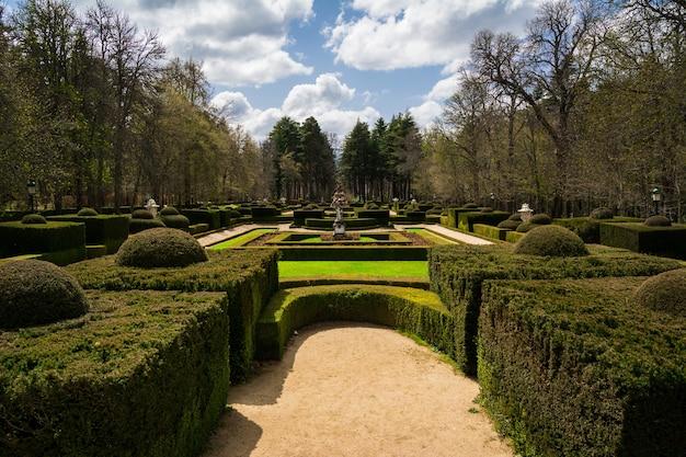 Tuin van koninklijk paleis van la granja de san ildefonso, spanje Premium Foto
