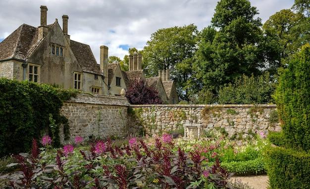 Tuinen van het herenhuis van avebury in dovecote in avebury, engeland, verenigd koninkrijk. Premium Foto