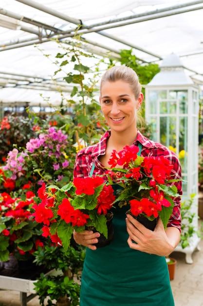 Tuinman in haar groene huis bloemenwinkel Premium Foto