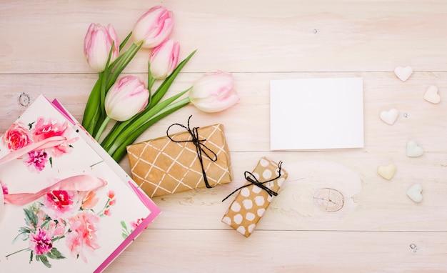 Tulpen met geschenkdozen en blanco papier Gratis Foto