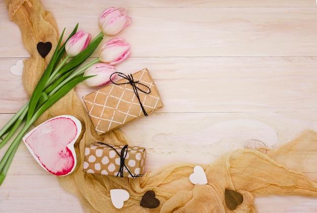 Tulpen met geschenkdozen en harten Gratis Foto