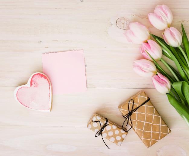 Tulpen met geschenkdozen en papier Gratis Foto