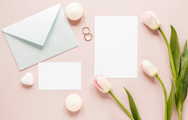 Tulpen naast verlovingsringen en uitnodigingskaart Gratis Foto