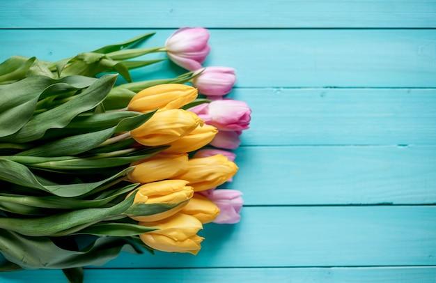 Tulpen op een houten achtergrond, met kopie ruimte voor uw tekst. Premium Foto
