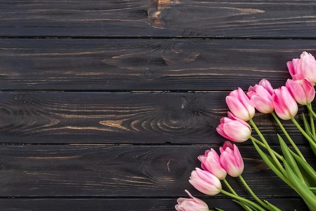 Tulpen op houten achtergrond Premium Foto