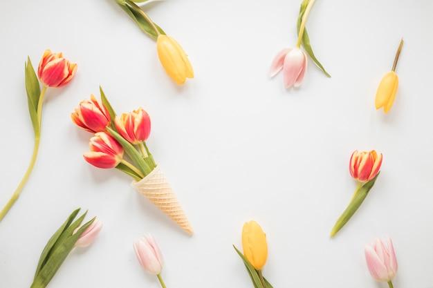Tulpenbloemen in wafelkegel op lijst Gratis Foto