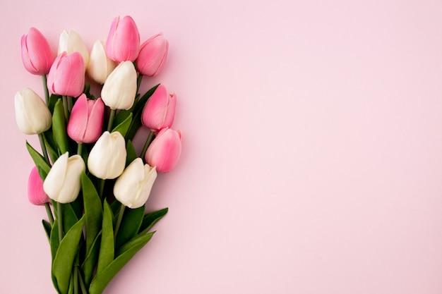 Tulpenboeket op roze achtergrond met copyspace Gratis Foto