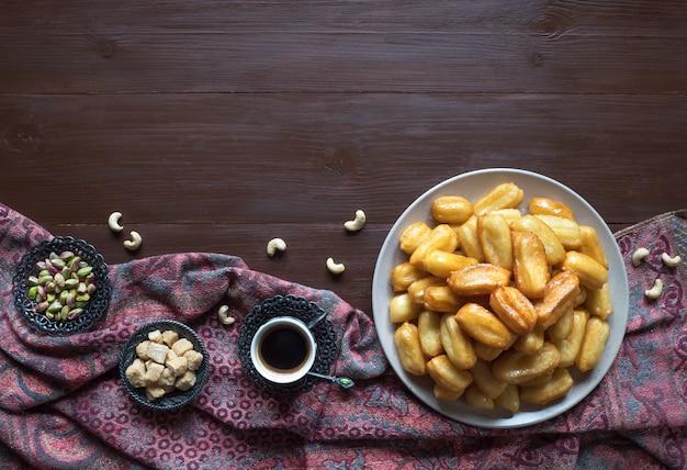 Tulumba tatlisi - traditionele turkse desserts tulumba. arabische snoepviering eid ramadan. Premium Foto