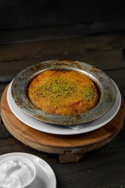 Turks dessert kunefe gegarneerd met pistache Gratis Foto
