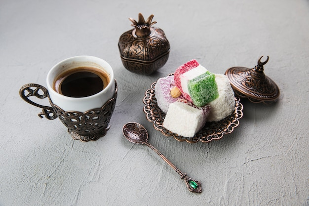 Turks fruit met koffiekopje op grijze tafel Gratis Foto