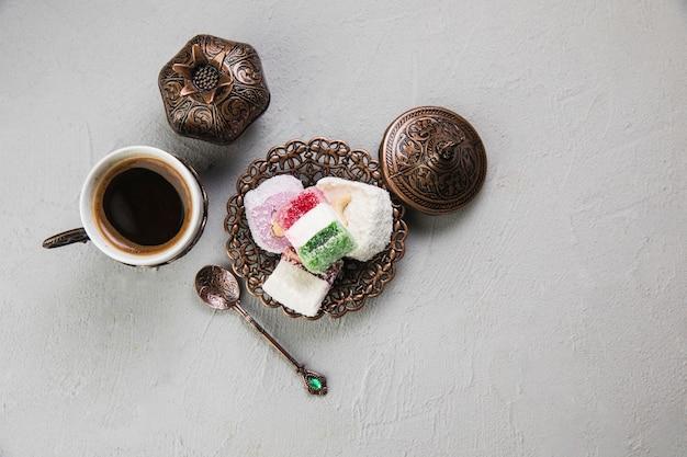 Turks fruit met koffiekopje op tafel Premium Foto