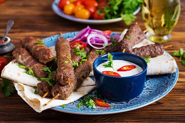 Turkse en arabische traditionele ramadan mix kebab plaat. Premium Foto