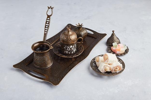 Turkse koffieset met gelei en lokum. Gratis Foto