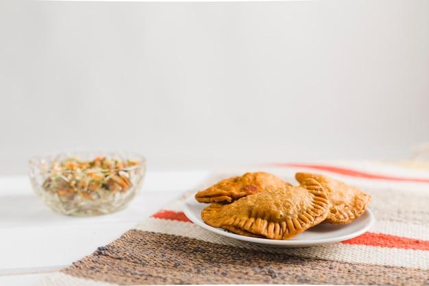 Turkse pasteitjes en salade Gratis Foto