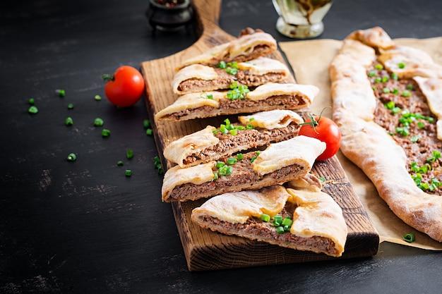 Turkse pide met gehakt, kiymali pide. traditionele turkse keuken. turkse pizza pita met vlees. Premium Foto