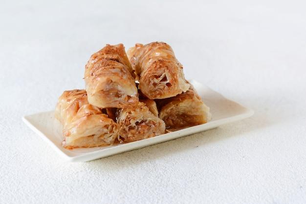 Turkse ramadan dessert baklava met walnoot, pinda's en honingstroop. midden-oosterse of arabische gerechten. traditioneel arabisch dessert Premium Foto