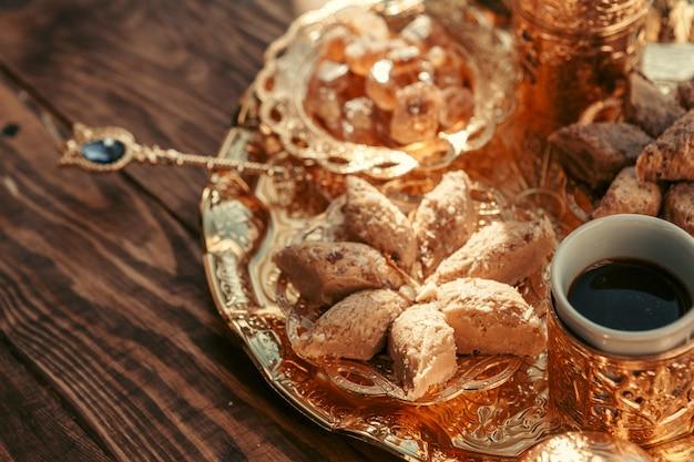 Turkse snoepjes met koffie op een houten tafel Premium Foto