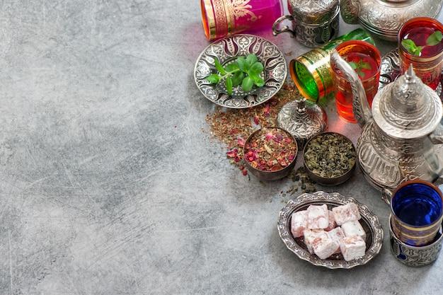 Turkse theetafel met lekkernijen. oosterse gastvrijheid Premium Foto