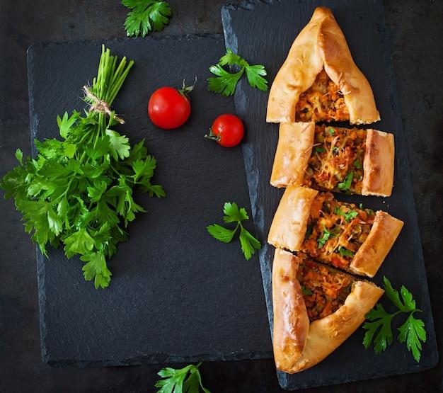 Turkse traditionele gerechten met rundvlees en groenten Gratis Foto