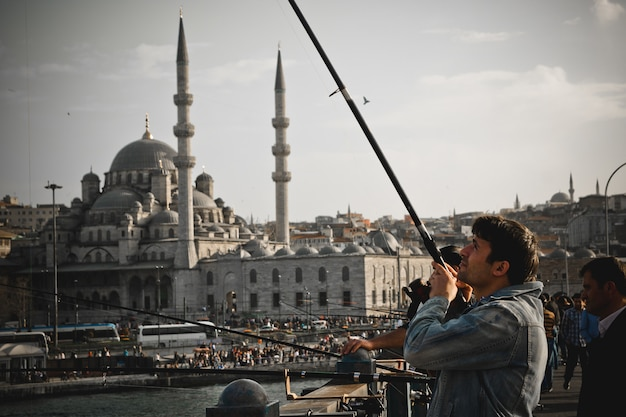 Turkse vissers met hengel op de galata-brug. Premium Foto
