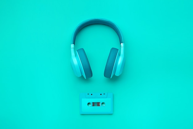 Turquoise hoofdtelefoon met audiocassette Premium Foto