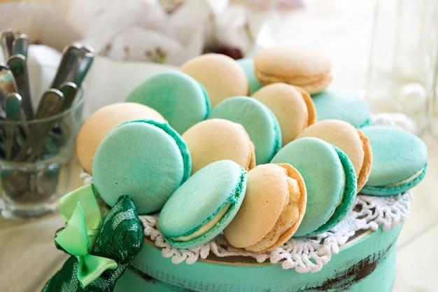 Turquoise macarons. bruidstaarten en woestijnen Premium Foto