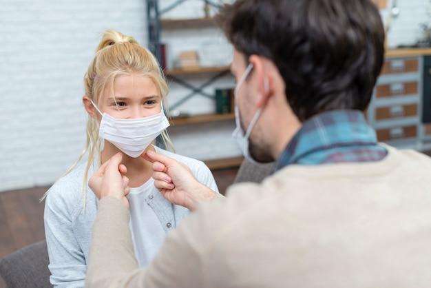 Tutor die het meisje leert hoe het masker te gebruiken Gratis Foto