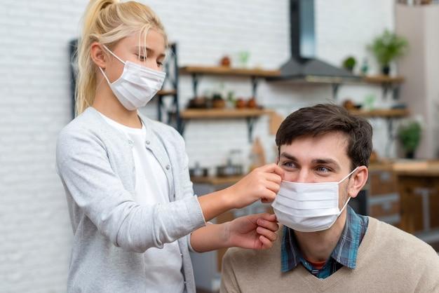 Tutor en jonge student leren maskers gebruiken Gratis Foto