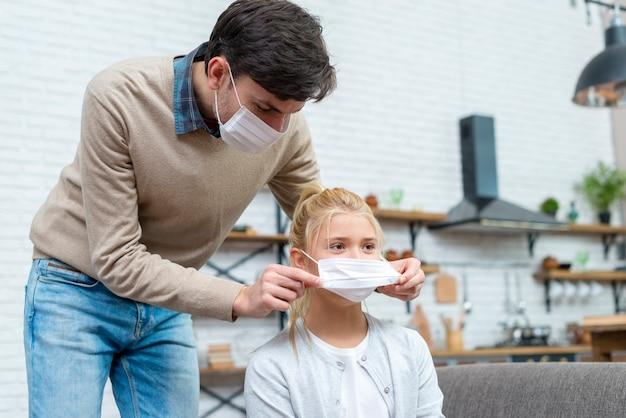 Tutor helpt het meisje om haar masker op te zetten Gratis Foto