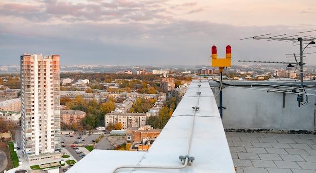 Tv-antenne op het dak van een gebouw met meerdere verdiepingen Premium Foto