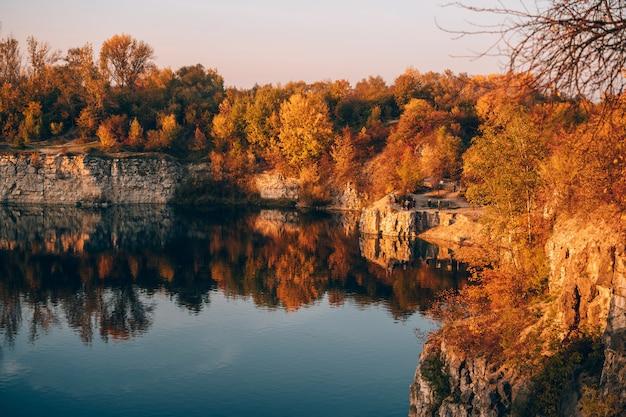 Twardowski rocks park, een oude overstroomde steenmijn, in krakau, polen. Gratis Foto