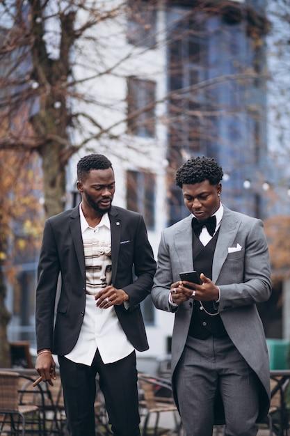 Twee afrikaanse zakenman vergadering samen Gratis Foto