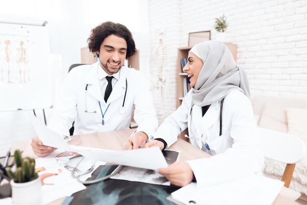 Twee artsen bestuderen de documenten van de patiënt. Premium Foto