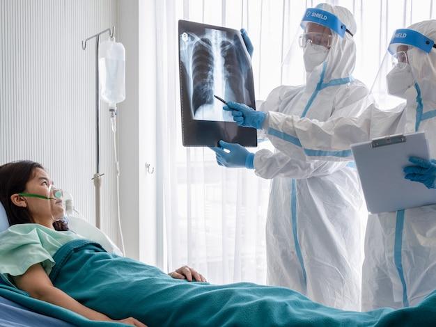 Twee artsen onderzoeken de röntgenfilm van de longborst Premium Foto