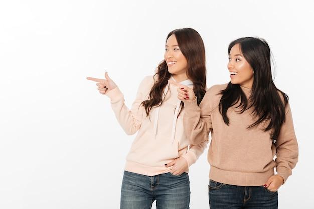 Twee aziatische vrij gelukkige dameszusters. Gratis Foto