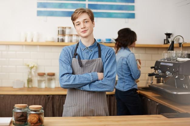 Twee barista's die bij barteller werken in koffiewinkel. Gratis Foto