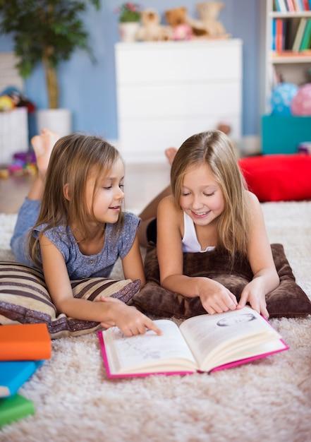 Twee beste vrienden die een avonturenboek lezen Gratis Foto