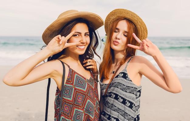Twee beste vrienden op het strand Gratis Foto