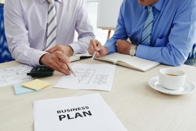 Twee bijgesneden startuppers die een businessplan ontwikkelen Gratis Foto