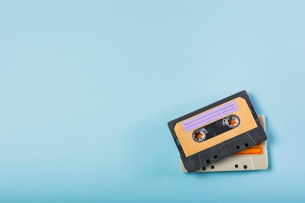 Twee cassettebanden op blauwe achtergrond Gratis Foto