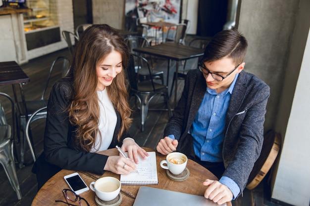 Twee collega's bespreken een project in een café Gratis Foto