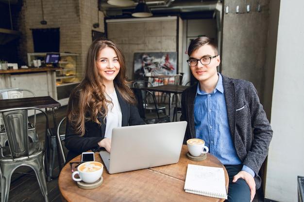 Twee collega's bespreken iets in de buurt van laptop Gratis Foto